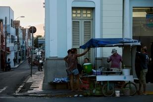 Sobralenses aproveitando o clima ameno no pôr-do-sol e a brisa do Aracati para bater um papo no centro da cidade